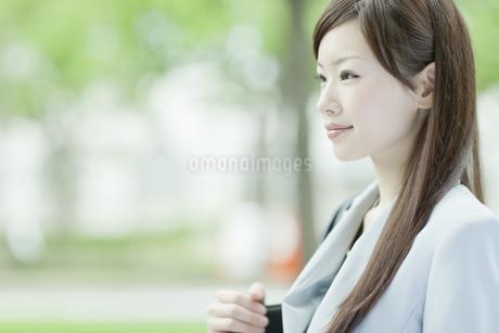 笑顔で歩くビジネスウーマンの写真素材 [FYI01620314]