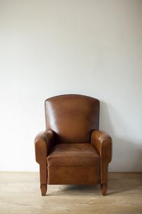 部屋におかれた革張りソファーの写真素材 [FYI01620330]