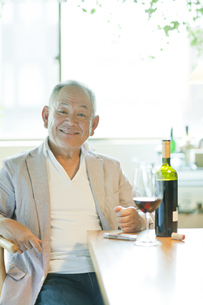 テーブルで笑顔のシニア男性の写真素材 [FYI01620339]