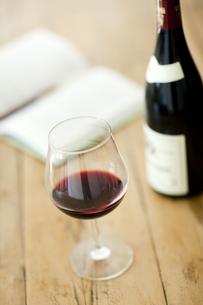テーブルに置かれたワインとワイングラスの写真素材 [FYI01620347]