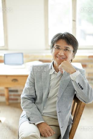 椅子に座るミドル男性の写真素材 [FYI01620348]