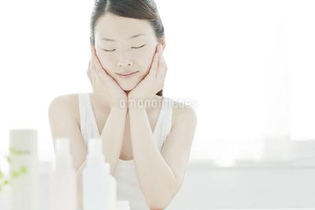 若い女性の透明感のあるスキンケアイメージの写真素材 [FYI01620357]
