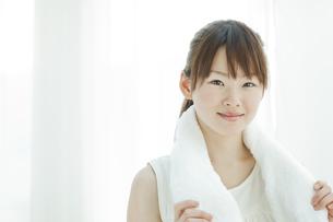 汗を拭く若い女性の写真素材 [FYI01620361]