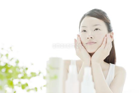 若い女性の透明感のあるスキンケアイメージの写真素材 [FYI01620363]