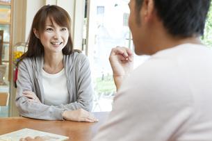 カフェで話す若い夫婦の写真素材 [FYI01620364]