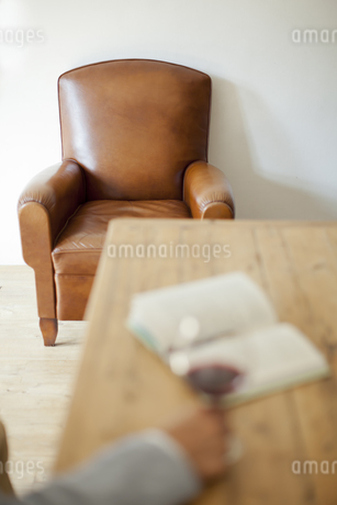 ワイングラスを持つ男性の手の写真素材 [FYI01620367]