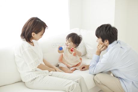 ソファーに座る赤ちゃんと夫婦の写真素材 [FYI01620374]