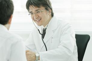 男性を診察する日本人の医師の写真素材 [FYI01620378]