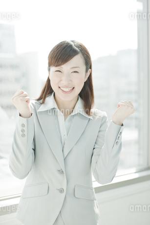 ガッツポーズをする笑顔のビジネスウーマンの写真素材 [FYI01620382]