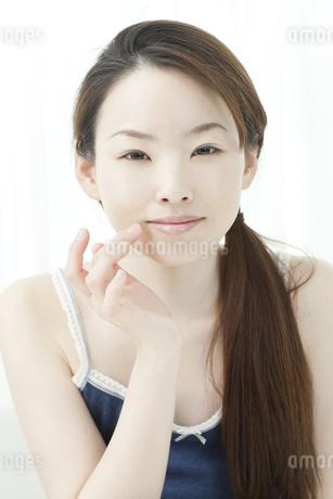 リップクリームをぬる若い女性の写真素材 [FYI01620384]