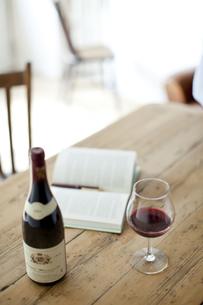 テーブルに置かれたワインとワイングラスの写真素材 [FYI01620391]