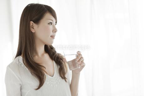 水を持つ若い女性の横顔の写真素材 [FYI01620417]