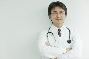 腕組みをする日本人の医師の写真素材 [FYI01620438]