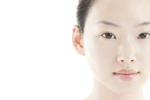 若い女性の透明感のある素顔スキンケアイメージの写真素材 [FYI01620447]