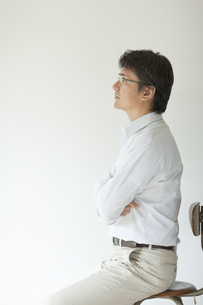 椅子に座る横顔のミドル男性の写真素材 [FYI01620450]