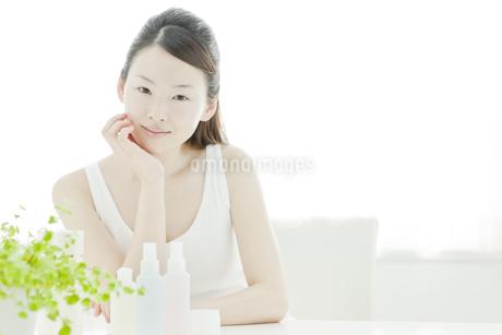 若い女性の透明感のあるスキンケアイメージの写真素材 [FYI01620452]