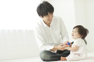 父親とボールで遊ぶ赤ちゃんの写真素材 [FYI01620459]