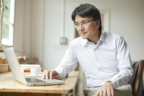 パソコン操作をするミドル男性の写真素材 [FYI01620463]