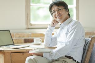 振り向き笑顔のミドル男性の写真素材 [FYI01620465]