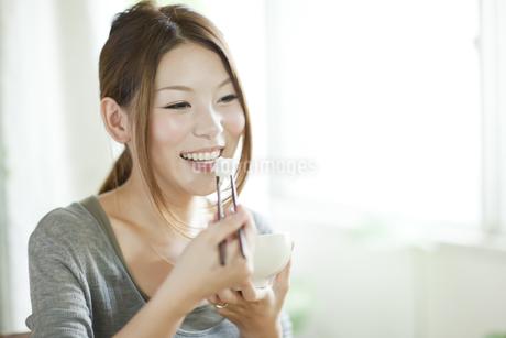 ごはんを食べる日本人女性の写真素材 [FYI01620471]