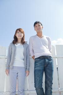 屋上に立つ若い夫婦の写真素材 [FYI01620477]