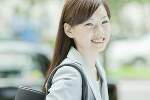 笑顔で歩くビジネスウーマンの写真素材 [FYI01620480]