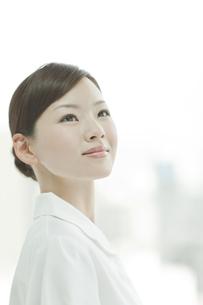 見上げる看護士の写真素材 [FYI01620489]