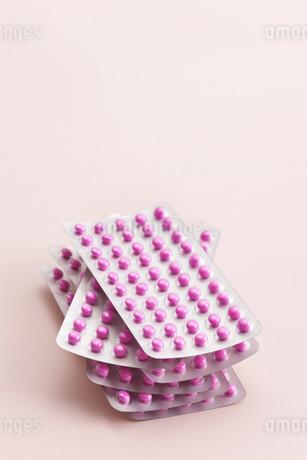 積み上げた沢山の薬の写真素材 [FYI01620490]