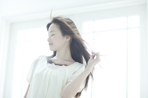 髪をなびかせる若い日本人女性の横顔の写真素材 [FYI01620504]