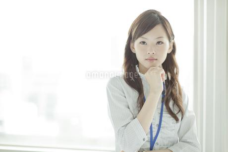 頬杖をし考えるビジネスウーマンの写真素材 [FYI01620512]