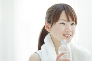 水を飲む若い女性の写真素材 [FYI01620521]