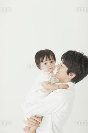 赤ちゃんを抱っこする父親の写真素材 [FYI01620531]