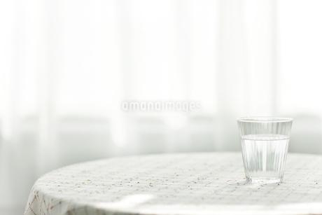 テーブルに置かれた水の写真素材 [FYI01620535]