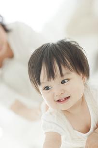 笑顔ではいはいをする赤ちゃんの写真素材 [FYI01620543]