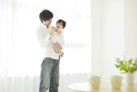 赤ちゃんを抱っこする父親の写真素材 [FYI01620553]