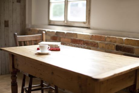 窓とテーブルの写真素材 [FYI01620566]