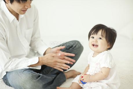 父親と遊び喜ぶ赤ちゃんの写真素材 [FYI01620569]