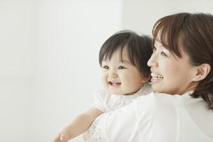 母親に抱っこされてれて笑う赤ちゃんの写真素材 [FYI01620570]