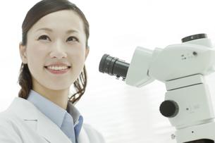 笑顔の日本人女性研究者の写真素材 [FYI01620574]