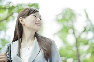 笑顔で歩くビジネスウーマンの写真素材 [FYI01620578]