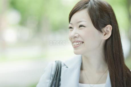 笑顔で歩くビジネスウーマンの写真素材 [FYI01620594]
