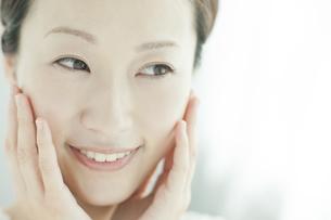 若い女性の美容とスキンケアイメージの写真素材 [FYI01620608]