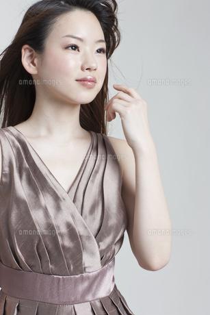 メイクアップしたドレスの若い女性の写真素材 [FYI01620617]