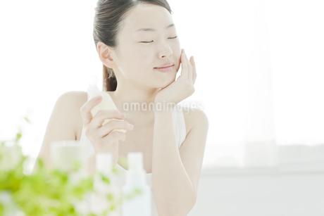 若い女性の透明感のあるスキンケアイメージの写真素材 [FYI01620629]