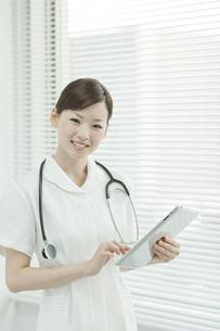 タブレットパソコンを操作する看護士の写真素材 [FYI01620641]