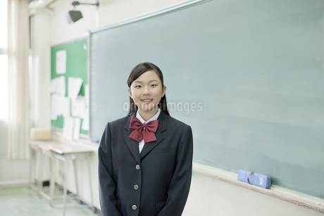 黒板の前に立つ女子校生の写真素材 [FYI01620648]