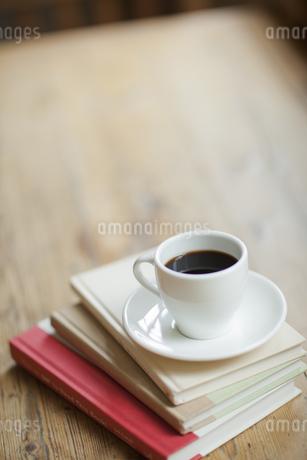 テーブルの上に置かれた本とコーヒーの写真素材 [FYI01620651]