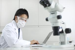 男性研究者と顕微鏡の写真素材 [FYI01620661]