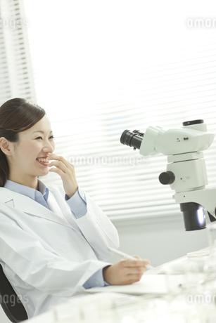 研究室で笑う日本人女性研究者の写真素材 [FYI01620662]