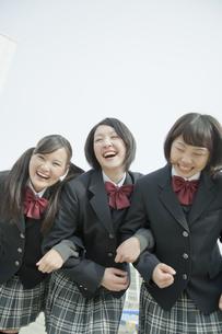 屋上に集まる笑顔の女子校生の写真素材 [FYI01620663]